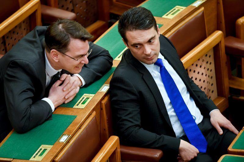 Budapest, 2017. március 6. Vona Gábor, a Jobbik elnöke (j) és Mirkóczki Ádám jobbikos képviselõ az Országgyûlés plenáris ülésén 2017. március 6-án. MTI Fotó: Koszticsák Szilárd