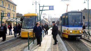 Szeged, 2012. március 2. Az elsõ utasokat szállító Pesa Swing Szeged típusú alacsonypadlós villamos (b) és egy Tatra KT4D-M típusú villamos (j) áll a 2-es villamosvonal Indóház téri végállomásán Szegeden.  A közel 30 milliárd forintos összköltségvetésû, uniós támogatással megvalósuló szegedi elektromos tömegközlekedés fejlesztési projekt részeként 2-es számmal, a korábbi 1-es vonal szárnyvonalaként új villamosvonal épült Szegeden. MTI Fotó: Kelemen Zoltán Gergely