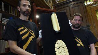 Szeged, 2017. június 21. A szegedi Móra Ferenc Múzeum munkatársai bemutatnak egy Szeged közelében talált késõ bronzkori, aranyból készült lábvértet (lent), felül a lábvért grafikai rekonstrukciója 2017. június 21-én. A régészeti és muzeológiai szempontból is egyedülálló mûkincset néhány órára a nagyközönség is láthatja a Múzeumok éjszakáján, 2017. június 24-én a Móra-múzeum dísztermében. MTI Fotó: Kelemen Zoltán Gergely