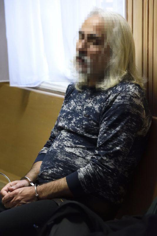 Szeged, 2017. december 22. A Szegedi Járásbíróság folyosóján várakozik 2017. december 22-én egy 52 éves német állampolgárságú férfi, aki a gyanú szerint az M5-ös autópálya csengelei pihenõjében december 5-én megölte bolgár ismerõsét, egy másik férfit pedig életveszélyesen megsebesített. A bíróság harminc napra jogerõsen elrendelte a több ember sérelmére elkövetett emberölés bûntettének kísérletével gyanúsított férfi elõzetes letartóztatását. MTI Fotó: Kelemen Zoltán Gergely