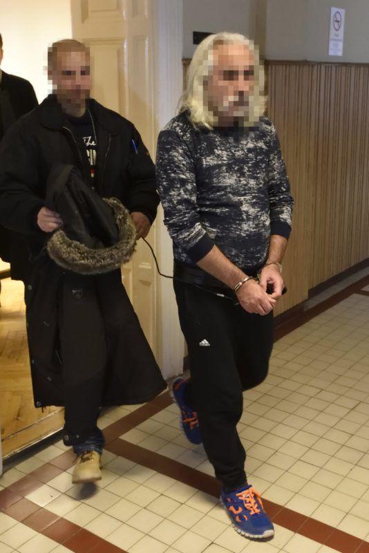 Szeged, 2017. december 22. A Szegedi Járásbíróság folyosóján kísérik 2017. december 22-én egy 52 éves német állampolgárságú férfit, aki a gyanú szerint az M5-ös autópálya csengelei pihenõjében december 5-én megölte bolgár ismerõsét, egy másik férfit pedig életveszélyesen megsebesített. A bíróság harminc napra jogerõsen elrendelte a több ember sérelmére elkövetett emberölés bûntettének kísérletével gyanúsított férfi elõzetes letartóztatását. MTI Fotó: Kelemen Zoltán Gergely