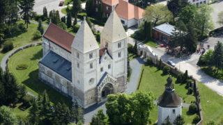 Ják, 2014. április 25. Légi fotó a XIII. században épült, felújított jáki templomról 2014. április 25-én. A hétvégén, április 25. és 27. között ünneplik a Jáki Szent György-monostor megalapításának 800. évfordulóját egy nagyszabású, háromnapos programsorozattal, amelynek célja a templom freskóinak, köztük a fõoltárt díszítõ, Szent Györgyöt ábrázoló freskó megmentése. MTI Fotó: Kászoni László
