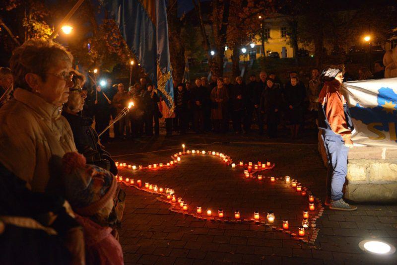 Sepsiszentgyörgy, 2016. október 30.Résztvevők a Székelyföldet formázó mécseseknél állnak a Székelyföld autonómiáért rendezett gyertyagyújtáson és közös imádságon, amelyet a Székely Nemzeti Tanács (SZNT) felhívására a sepsiszentgyörgyi Erzsébet parkban, az 1848-49-es emlékműnél tartottak 2016. október 30-án. Ezen a napon kiáltványban kérték Székelyföld területi autonómiáját azok a székelyek, akik az SZNT felhívására őrtüzeket gyújtottak a székelyföldi települések környékén levő magaslatokon.MTI Fotó: Kátai Edit
