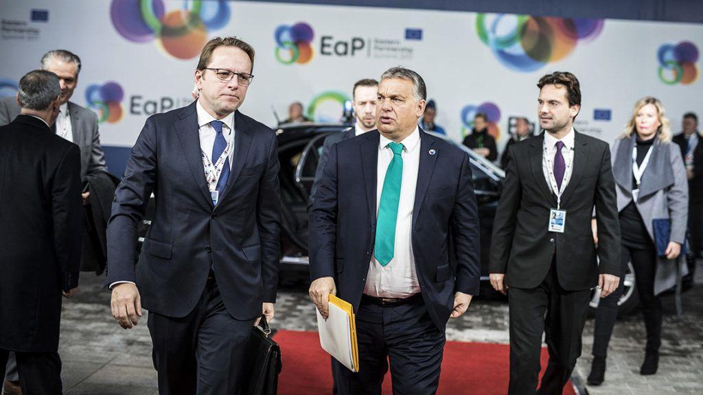 Brüsszel, 2017. november 24.A Miniszterelnöki Sajtóiroda által közreadott képen Orbán Viktor miniszterelnök (k) érkezik az EU Keleti Partnerség Csúcstalálkozóra Brüsszelben 2017. november 24-én. Balra Várhelyi Olivér nagykövet, a brüsszeli Állandó Képviselet vezetője, jobbra Havasi Bertalan, a Miniszterelnöki Sajtóirodát vezető helyettes államtitkár.MTI Fotó: Miniszterelnöki Sajtóiroda / Szecsődi Balázs