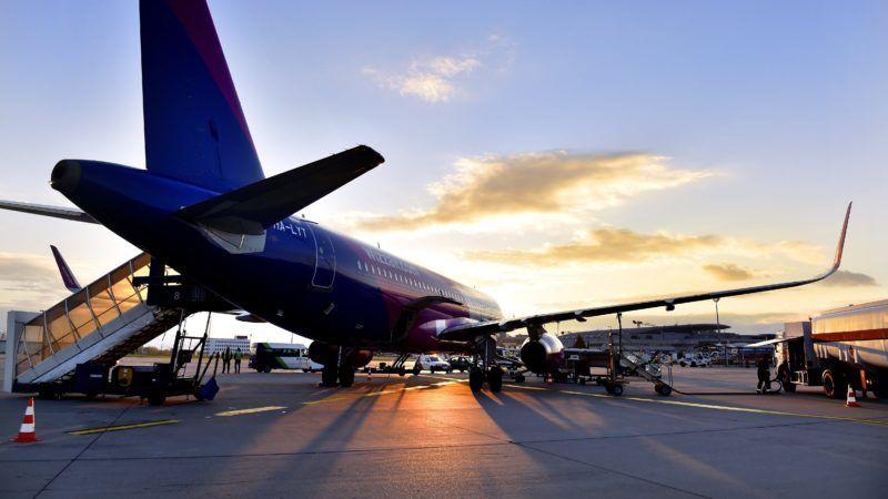 Budapest, 2017. október 31. A Wizz Air diszkont légitársaság Agadirba (Marokkó) közlekedõ elsõ járata, egy Airbus A320-as repülõgép tankol a Liszt Ferenc repülõtéren 2017. október 31-én. MTI Fotó: Máthé Zoltán