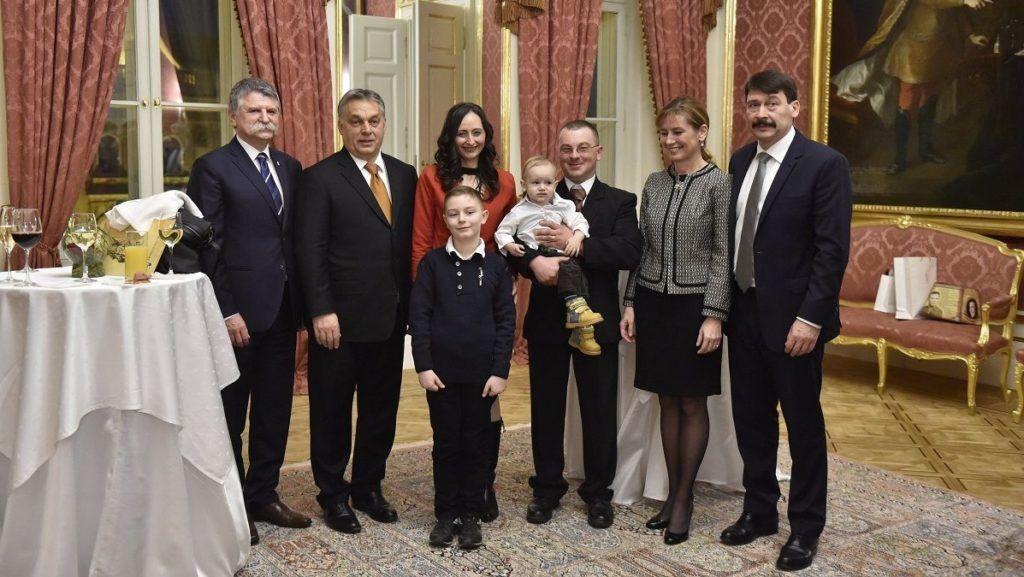 Budapest, 2017. december 16. A csoportképen a vajdasági Lajkó Miklós (k) és családja az ünnepélyes állampolgársági eskütétele után, mellettük Orbán Viktor miniszterelnök (b2), Kövér László, az Országgyûlés elnöke (b), Áder János köztársasági elnök (j) és felesége, Herczegh Anita (j2) a Sándor-palotában 2017. december 16-án. Lajkó Miklós az egymilliomodikként honosított külhoni magyar. MTI Fotó: Máthé Zoltán