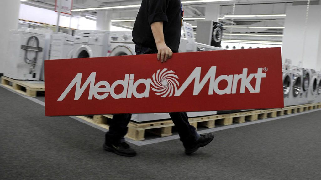 Budapest, 2012. október 24.Egy dolgozó cégtáblát visz a Mammut Bevásárló-és Szórakoztató Központban lévő Média Markt üzletben 2012. október 18-án. Novembertől a Saturn mind a négy magyarországi elektronikai áruházát a testvérmárka Media Markt üzemelteti tovább, a dolgozókat és a garanciális ügyintézést is átveszi.MTI Fotó: Bruzák Noémi