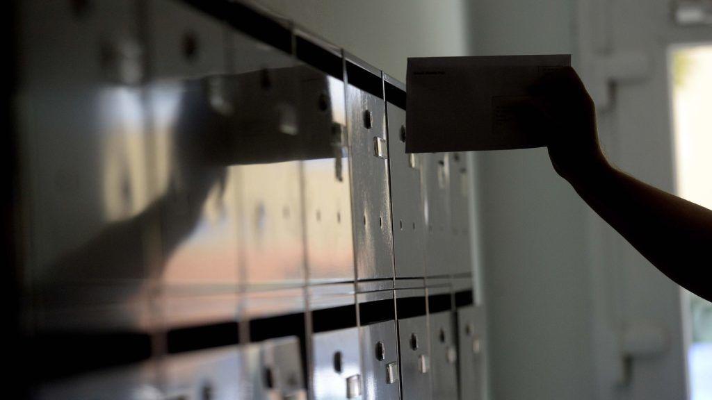 Budapest, 2014. augusztus 18. Parrag Zoltán kézbesítõ választási értesítõt dob egy lakóház postaládájába Budapesten, a XIII. kerületi Lehel úton 2014. augusztus 18-án. A Magyar Posta megkezdte az érintett több mint nyolcmillió választópolgárnak az október 12-i önkormányzati választásról szóló értesítõ kézbesítését. A Nemzeti Választási Iroda névre szóló küldeményében az önkormányzati választás kitûzésérõl és arról tájékoztatja a választópolgárokat, hogy szerepelnek a névjegyzékben. MTI Fotó: Bruzák Noémi