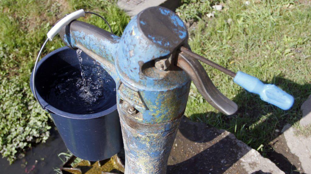 """Ózd, 2013. augusztus 4. Csavarhúzóval kitámasztott közkút Ózd sajóvárkonyi településrészén 2013. augusztus 4-én. A helyi önkormányzat június végi döntése értelmében """"vízpazarlás"""" miatt egyes kifolyókat elzártak, míg több csapban szûkítõket helyeztek el. MTI Fotó: Vajda János"""