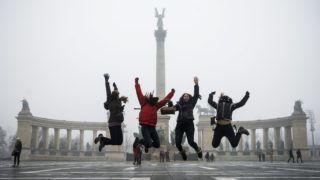Budapest, 2016. január 26. Turisták ugranak a levegõbe egy fotó kedvéért a budapesti Hõsök terén 2016. január 26-án. MTI Fotó: Balogh Zoltán