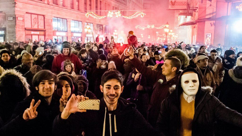 Budapest, 2017. január 1. Szilveszterezõk a belvárosi Vörösmarty téren 2017. január 1-jére virradó éjjel. MTI Fotó: Balogh Zoltán