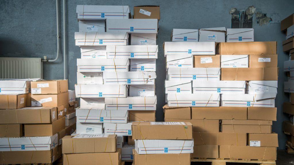 Budapest, 2017. december 2. Visszaküldött nemzeti konzultációs kérdõíveket tartalmazó dobozok a Nemzeti Infokommunikációs Szolgáltató Zrt. XIV. kerületi telephelyén 2017. december 2-án. MTI Fotó: Balogh Zoltán