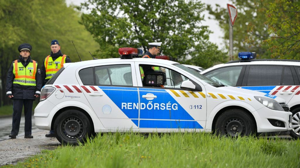 Püspökladány, 2017. április 19. Jármûvek sebességét mérik a rendõrök Püspökladányban 2017. április 19-én reggel. Az Európai Közlekedésrendészeti Szervek Hálózata (TISPOL) kezdeményezésére meghirdetett sebességellenõrzést az idõjárási körülményekre tekintettel a rendõrség felfüggesztette. Az ország középsõ és keleti felében a jelentõs mennyiségû esõ miatt van érvényben hat megyében másodfokú figyelmeztetés. A Dunántúlon már több járásra másodfokú riasztást adtak ki a viharos szél veszélye miatt. MTI Fotó: Czeglédi Zsolt