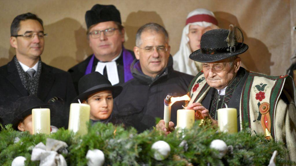 Debrecen, 2017. december 3. Szõnyi Imre pásztor (j) meggyújtja az elsõ gyertyát az adventi koszorún a debreceni városháza elõtt tartott adventi gyertyagyújtáson 2017. december 3-án. MTI Fotó: Czeglédi Zsolt