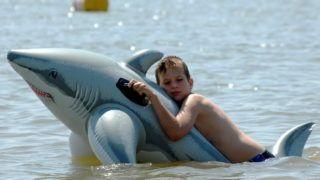 Kisköre, 2008. június 23. Fürdõzõ fiú a kiskörei Szabadvízû Strand és Kemping területén. 33 Celsius fok körüli hõmérsékletet mértek a Tisza-tónál. MTI Fotó: H. Szabó Sándor