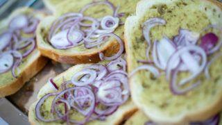 Gödöllő, 2011. január 30.Szarvasgombás zsíros kenyér lilahagyma-karikákkal a második alkalommal megrendezett téli szarvasgomba ünnepen, Gödöllőn. Az egész napos rendezvényen előadások, kutyás keresési bemutató, szarvasgombás ételek kóstolója és bemutatója várta az érdeklődőket.MTI Fotó: Kollányi Péter