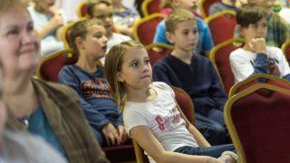Mosonmagyaróvár, 2017. november 23. Alsó tagozatos diákok oktatófilmet néznek a mosonmagyaróvári Móra Ferenc Általános Iskolában 2017. november 23-án. A Földmûvelésügyi Minisztérium szervezésében Magyarország részt vesz az Európai Hulladékcsökkentési Hét kampányában, Adj új életet tárgyaidnak! jelmondattal november 18. és 26. között. MTI Fotó: Krizsán Csaba