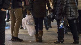 Budapest, 2017. december 17. Vásárló csomagokkal a belvárosi Váci utcában advent harmadik vasárnapján, a kereskedelemben ezüstvasárnap 2017. december 17-én. MTI Fotó: Mónus Márton