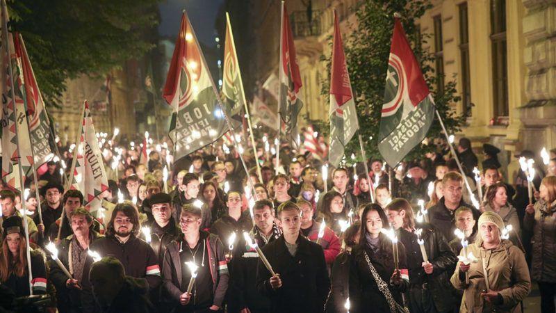 Budapest, 2016. október 23.A Jobbik '56-os megemlékezésének résztvevői vonulnak fáklyákkal a Magyar Rádió korábbi székházához a VIII. kerületi Bródy Sándor utcában az 1956-os forradalom és szabadságharc 60. évfordulóján, 2016. október 23-án.MTI Fotó: Mohai Balázs