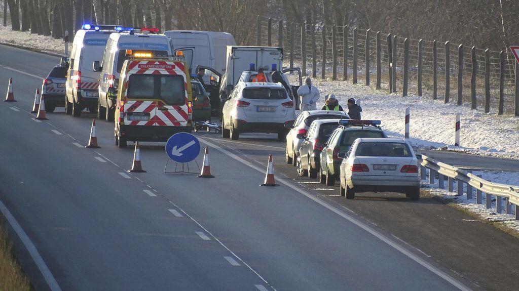 Csengele, 2017. december 5. Rendõrök helyszínelnek az M5-ös autópálya csengelei pihenõhelyének kihajtójánál 2017. december 4-én. Ezen a napon hajnalban megöltek egy embert a pihenõben.  MTI Fotó: Donka Ferenc