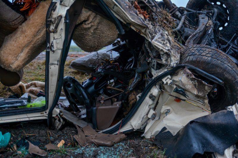 Apostag, 2017. december 14. Tetejére borult, összeroncsolódott személyautó az Apostag és Dunaegyháza közötti úton 2017. december 14-én. A jármû hajnalban eddig tisztázatlan körülmények között letért az útról és egy fának ütközve felborult. Vezetõje a helyszínen meghalt. MTI Fotó: Donka Ferenc