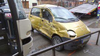 Kecskemét, 2017. december 15. Összetört személygépkocsi és autóbusz a kecskeméti Bethlen körúton 2017. december 15-én. A két jármû balesetében az autó utasa a helyszínen meghalt, vezetõje megsérült. MTI Fotó: Donka Ferenc