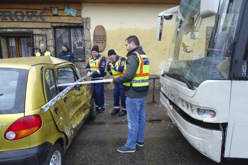 Kecskemét, 2017. december 15. Összetört személygépkocsi és autóbusz mellett helyszínelnek rendõrök a kecskeméti Bethlen körúton 2017. december 15-én. A két jármû balesetében az autó utasa a helyszínen meghalt, vezetõje megsérült. MTI Fotó: Donka Ferenc