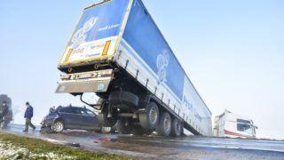 Solt, 2017. december 22. Ütközésben összetört jármûvek az 52-es számú fõút Solt és a kisizsáki bekötõút közötti szakaszán 2017. december 22-én. A ködben, a jeges úton történt balesetben 20-30 jármû érintett, egy ember súlyosan, hárman könnyebben megsérültek. Néhány órával korábban a térségben másik két baleset is történt. MTI Fotó: Donka Ferenc