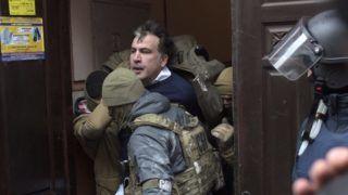 Kijev, 2017. december 5. Az Ukrán Biztonsági Szolgálat (SZBA) tagjai õrizetbe veszik Miheil Szaakasvili volt odesszai kormányzót, egykori georgiai elnököt kijevi lakásában 2017. december 5-én. Az SZBA sajtószolgálata szerint Szaakasvilit bûnszervezetekkel való együttmûködés gyanúja miatt vették õrizetbe. (MTI/AP/Jevgenyij Maloletka)