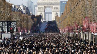Párizs, 2017. december 9. Gyászolók tízezrei kísérik utolsó útjára Johnny Hallyday néhai francia énekest, filmszínészt a párizsi Champs-Élysées sugárúton 2017. december 9-én. A francia szórakoztatóipar egyik legnagyobbjaként számon tartott Hallyday, eredeti nevén Jean-Philippe Smet december 6-án, 74 éves korában elhunyt. (MTI/EPA/Etienne Laurent)