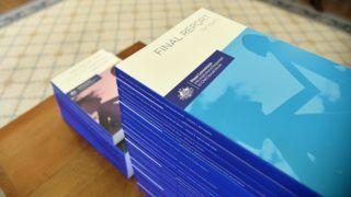 Canberra, 2017. december 15. A gyermekek elleni szexuális visszaéléseket, illetve az azokra adott intézményi reakciókat vizsgáló ausztrál bizottság (RCIRCSA) által közreadott kép a bizottság végleges jelentését tartalmazó kötetekrõl a canberrai fõkormányzói hivatalban 2017. december 15-én. A 2012-ben létrehozott bizottság öt év alatt 57 nyilvános és több mint 8 ezer privát meghallgatáson tájékozódott arról, hogy az érintettek milyen szexuális visszaéléseket szenvedtek el a katolikus egyház, a cserkészek és a hadsereg intézményeiben. A testület ezen a napon átadta jelentését Peter Cosgrove tábornoknak, Ausztrália fõkormányzójának. (MTI/EPA/RCIRCSA/Jeremy Piper)