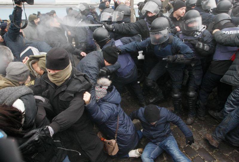 Kijev, 2017. december 5. Miheil Szaakasvili volt odesszai kormányzó, egykori georgiai elnök hívei rendõrökkel dulakodva próbálják megakadályozni Szaakasvili õrizetbe vételét kijev belvárosában 2017. december 5-én. Az SZBA sajtószolgálata szerint Szaakasvilit bûnszervezetekkel való együttmûködés gyanúja miatt vették õrizetbe. (MTI/EPA/Sztyepan Franko)