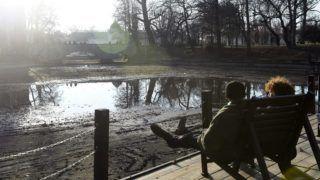Budapest, 2017. december 25. Turisták a napsütésben a Városligeti-tónál 2017. december 25-én. Budapesten karácsony elsõ napján szinte tavaszias volt az idõjárás, a legmelegebb órákban plusz 10 Celsius-fokot mértek. MTI Fotó: Bruzák Noémi
