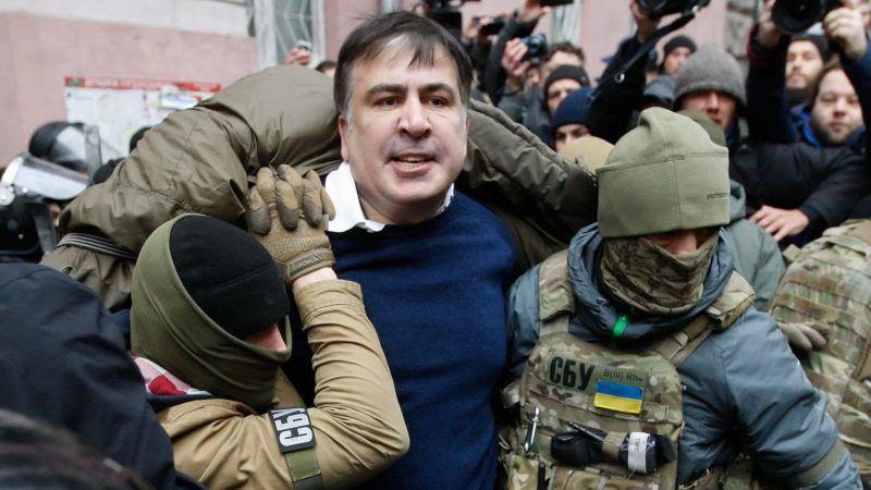 Kijev, 2017. december 5. Az Ukrán Biztonsági Szolgálat (SZBA) tagjai õrizetbe veszik Miheil Szaakasvili volt odesszai kormányzót, egykori georgiai elnököt kijevi lakásában 2017. december 5-én. Az SZBA sajtószolgálata szerint Szaakasvilit bûnszervezetekkel való együttmûködés gyanúja miatt vették õrizetbe. (MTI/EPA/Sztyepan Franko)