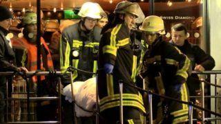 Duisburg, 2017. ecember 27. Sebesült utast visznek partra tûzoltók Duisburgban 2017. december 26-án, miután a Swiss Crystal üdülõhajó 129 emberrel a fedélzetén egy autópályahídpillérének ütközött a Rajnán.  Huszan megsérültek, közülük ketten súlyosan. (MTI/EPA/Klaus Felder)