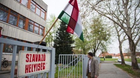 Szigetvár, 2014. április 6.A huszonegy éves Rajczi Gergő elsőszavazó érkezik a szigetvári Istvánffy Miklós Általános Iskolában kialakított szavazókörbe, hogy leadja voksát az országgyűlési képviselő-választáson 2014. április 6-án.MTI Fotó: Sóki Tamás