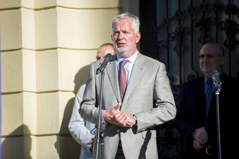 Pécs, 2017. június 8. Páva Zsolt polgármester beszél a Pécsi Országos Színházi Találkozó (POSZT) megnyitóján a pécsi Színház téren 2017. június 8-án. MTI Fotó: Sóki Tamás