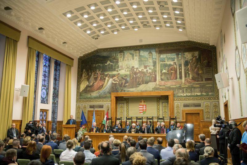 Pécs, 2017. december 8. A díszdoktorrá avatott Donald Tusk, az Európai Tanács elnöke (b) beszédet mond a Pécsi Tudományegyetem ünnepségén 2017. december 8-án. MTI Fotó: Sóki Tamás