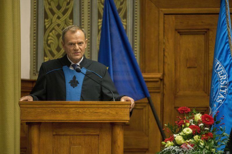 Pécs, 2017. december 8. A díszdoktorrá avatott Donald Tusk, az Európai Tanács elnöke a Pécsi Tudományegyetem ünnepségén 2017. december 8-án. MTI Fotó: Sóki Tamás
