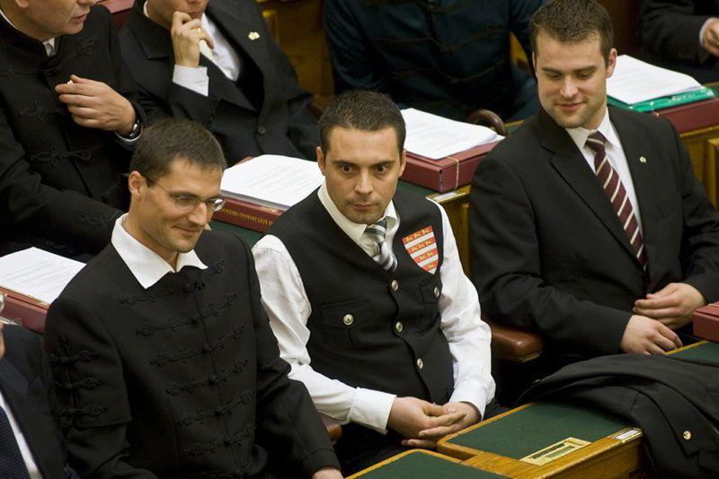Budapest, 2010. május 14.Vona Gábor, a Jobbik elnöke (középen) ül az Országgyűlés alakuló ülésén, miután letette esküjét. Az eskütétel idejére Vona Gábor  levette zakóját és gárdamellényben tett esküt. A mellény hátoldalán hímzett oroszlán látszott, az elején árpádsávos pajzs volt.MTI Fotó: Szigetváry Zsolt