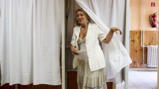 Budapest, 2014. május 25. Morvai Krisztina, a Jobbik európai parlamenti (EP) képviselõje, EP-listavezetõje kilép a szavazófülkébõl a XII. kerületi Családsegítõ és Gyermekjóléti Központban kialakított 30-as szavazókörben az európai parlamenti választáson 2014. május 25-én. MTI Fotó: Szigetváry Zsolt