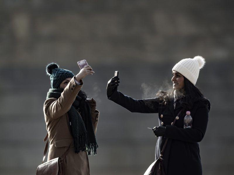 Budapest, 2017. január 10. Turisták fotóznak a Széchenyi Lánchídnál 2017. január 10-én. MTI Fotó: Szigetváry Zsolt