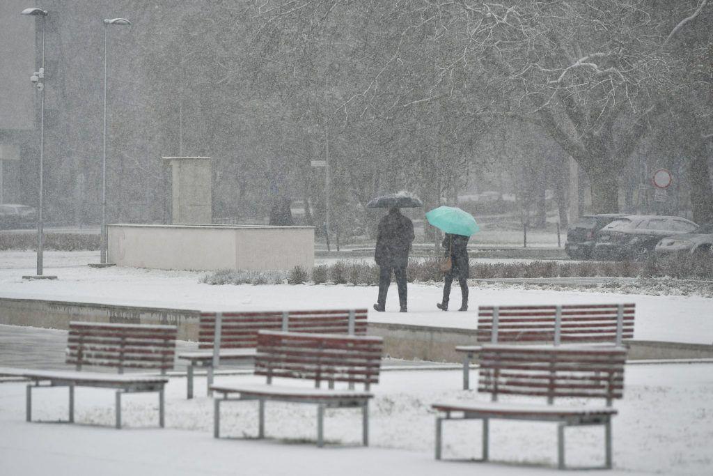 Debrecen, 2017. december 3.Járókelők a hóesésben a debreceni Nagyerdőben 2017. december 3-án.MTI Fotó: Czeglédi Zsolt
