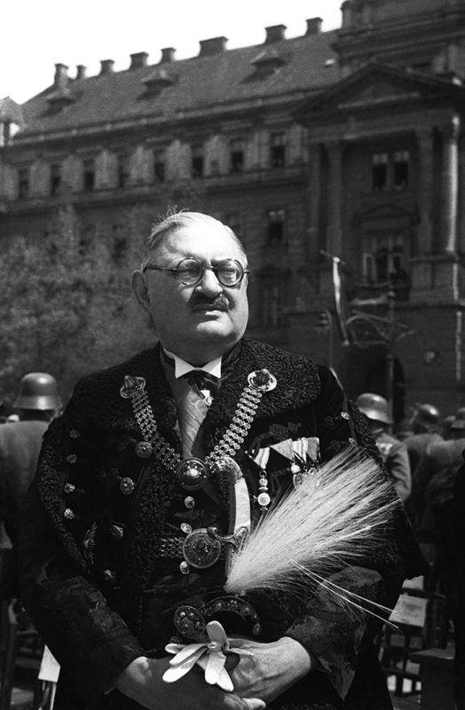Budapest, 1940Dr. Karafiáth Jenő (1883-1952) konzervatív politikus, országgyűlési képviselő, háznagy (1922-31), miniszterelnökségi államtitkár (1919-22), miniszter, Budapest főpolgármestere (1937-42) áll a Kossuth téren.  MTI Fotó: Reprodukció