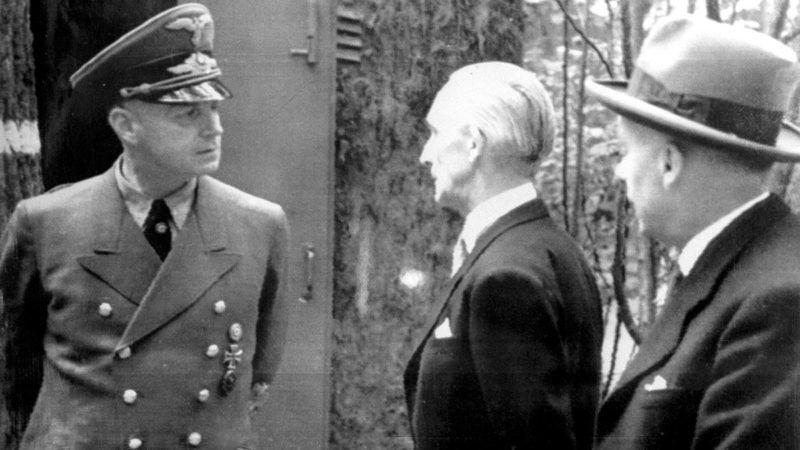 Magyarország, 1944.Bárdossy László, az Egyesült Keresztény Nemzeti Liga elnöke, volt miniszterelnök (k) és Joachim von Ribbentrop német külügyminiszter (b) találkozója 1944-ben.Az eredeti felvétel készítésének pontos dátuma ismeretlen, a reprodukciót 1958. március 4-én készítette Jármai Béla, az MTI fotóriportere.MTI Fotó: reprodukció