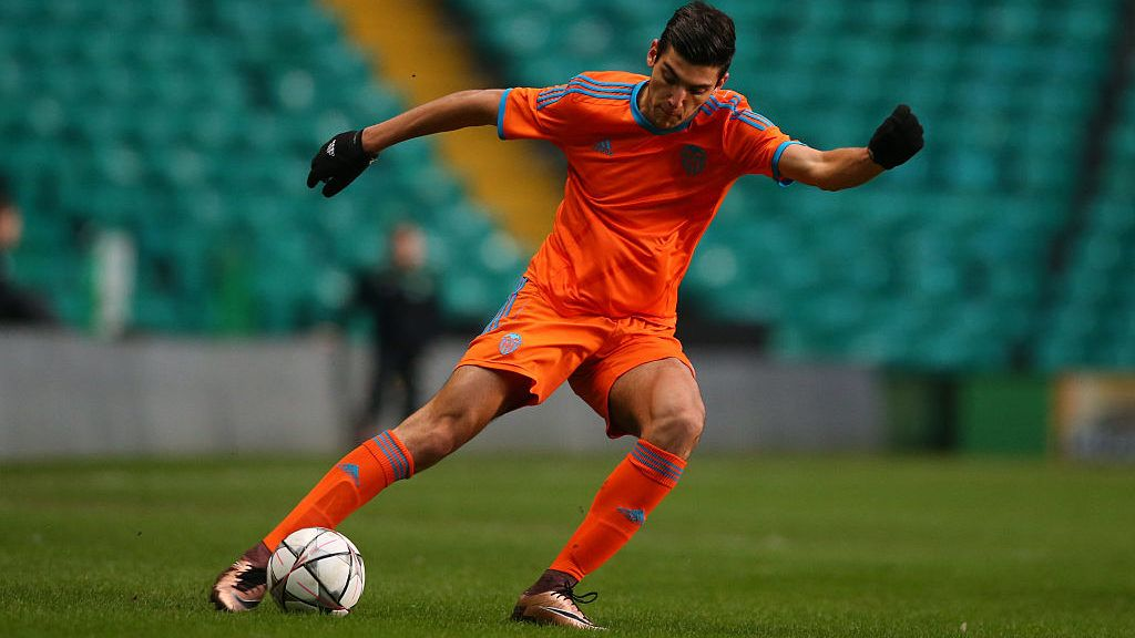 GLASGOW, SCOTLAND - FEBRUARY 10:  Rafael Mir of Valencia controls the ball during the UEFA Youth Champions League match between Celtic and Valencia at Celtic Park on February 10, 2016 in Glasgow, Scotland. (Photo by Ian MacNicol/Getty images)