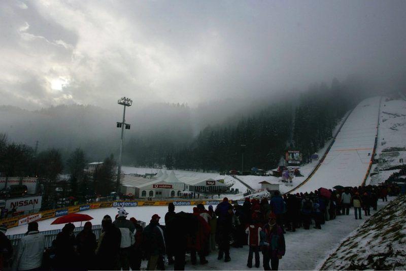 BISCHOFSHOFEN, AUSTRIA -JANUARY 06:    Wintersport / Ski Nordisch / Skispringen: Vierschanzentournee 04/05, Bischofshofen; Finale; Wetterfeature 06.01.05.  (Photo by Sandra Behne/Bongarts/Getty Images)