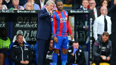 LONDON, ENGLAND - OCTOBER 14: Roy Hodgson manager of Crystal Palace talks to Jason Puncheon of Crystal Palace during the Premier League match between Crystal Palace and Chelsea at Selhurst Park on October 14, 2017 in London, England. (Photo by Catherine Ivill - AMA/Getty Images)