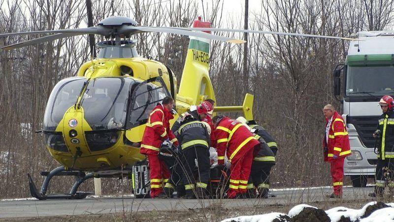 Kunszentmárton, 2017. december 4. Mentõhelikopter szállít el egy sérültet a baleset helyszínérõl 2017. december 4-én a 44-es út 53-as kilométerénél, Kunszentmárton külterületén, ahol két személyautó összeütközött. A balesetben egy ember meghalt. MTI Fotó: Donka Ferenc
