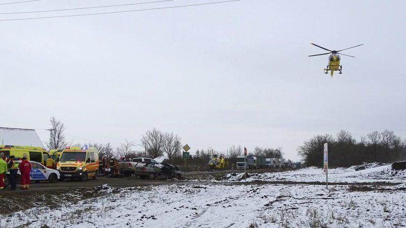 Kunszentmárton, 2017. december 4. Mentõhelikopter száll fel a baleset helyszínérõl 2017. december 4-én a 44-es út 53-as kilométerénél, Kunszentmárton külterületén, ahol két személyautó összeütközött. A balesetben egy ember meghalt. MTI Fotó: Donka Ferenc
